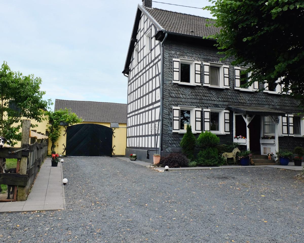 RSB-Wohnhaus-und-Hofeinfahrt